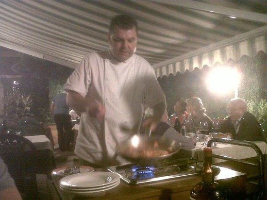 Lovere, Italia: Pêches caramélisées et flambées au Grand Marnier par le chef Angelo!