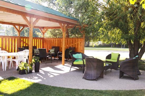 Crystal Springs Motel: New Patio