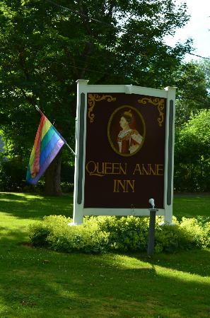 Queen Anne Inn: Front grounds