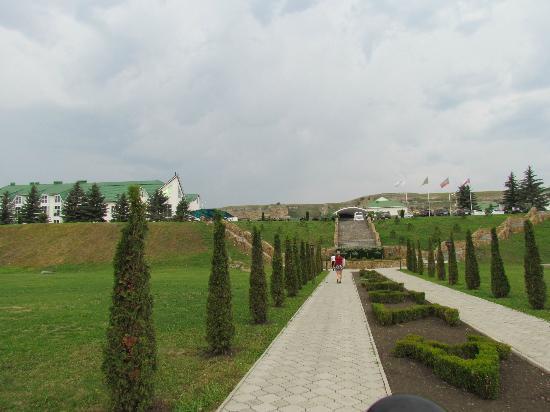Hotel Adijuh Palace: Hotel grounds looking towards the hotel