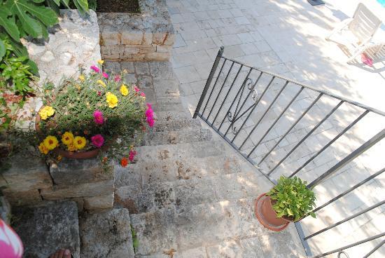 Vacanza in Puglia: scaletta che porta alla piscina