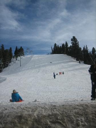 BEST WESTERN Rivers Edge: Mountain & lift right next door, where the kids slide down w/ sleds, taken on porch of Lift Hous