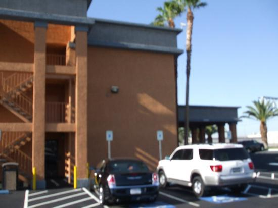 BEST WESTERN McCarran Inn: Side view of hotel