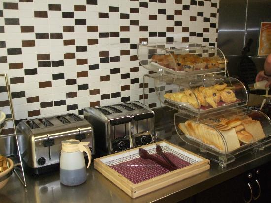 BEST WESTERN McCarran Inn: Good selection of continental breakfast