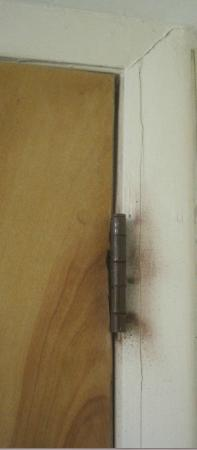 Days Inn & Suites Kill Devil Hills-Mariner: Either rust or mold around door hinges