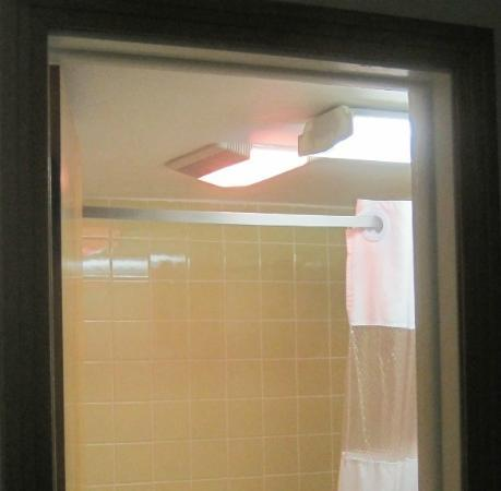 Days Inn & Suites Kill Devil Hills-Mariner: Bathroom ceiling - watch your head