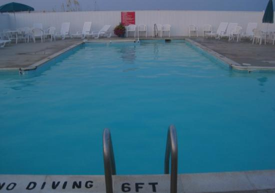 Days Inn & Suites Kill Devil Hills-Mariner: Pool facing the beach