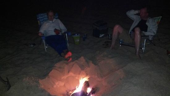 Hartman's Briney Breezes Motel: Bonfires on beach at night
