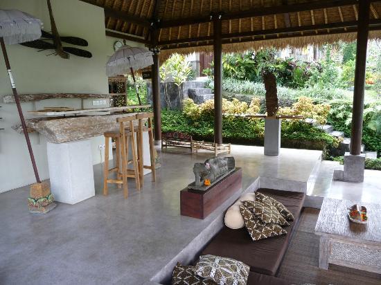 Surya Shanti Villa: Petit salon Balinais