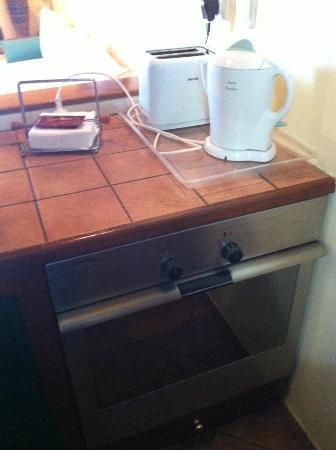 Villa Rosa: Kettle, cooker and toaster