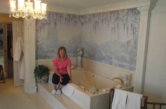 Yardley Inn and Spa: Huge jetted tub