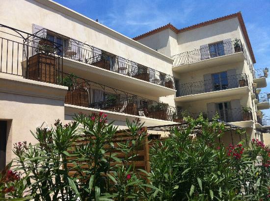 Garrigae Distillerie de Pézenas: Vue des chambres, de la piscine