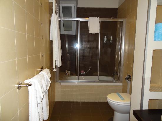 Daphne Trevi: Shower/tub