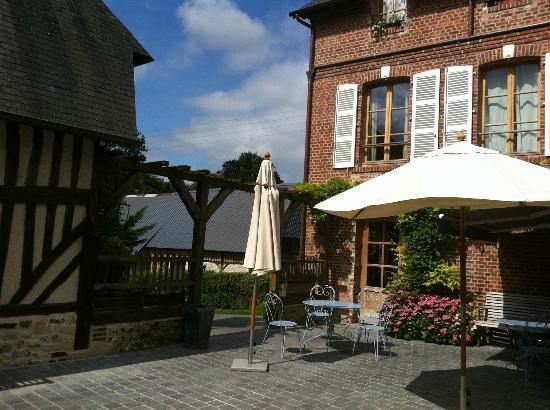 Auberge de la Source - Hotel de Charme: внутренний дворик
