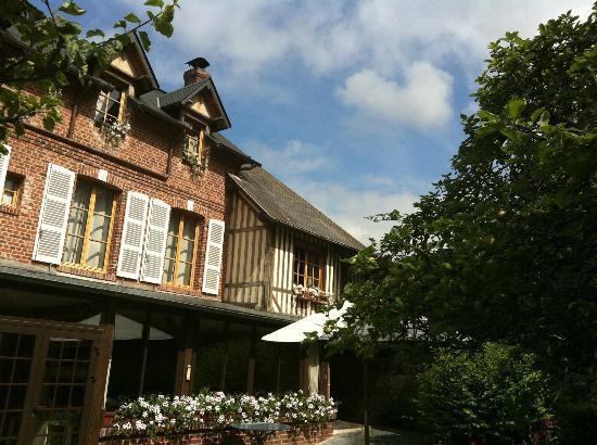 Auberge de la Source - Hôtel de Charme : территория отеля