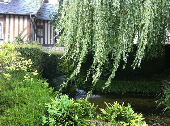 Auberge de la Source - Hotel de Charme: зеленый шатер над прудом