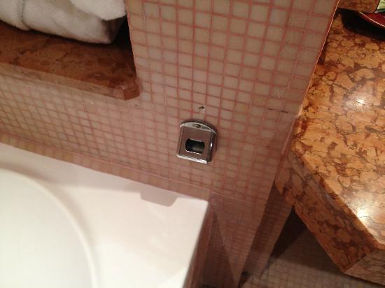 Atlas Medina & Spa: 5 stars broken bottle opener by the bath tube