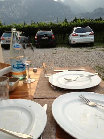 Osteria Le Servite : Il tavolo sul parcheggio e la plastica del culatello