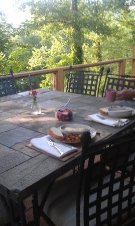 River Garden Bed and Breakfast : Breakfast on the deck overlooking the river. Heaven!