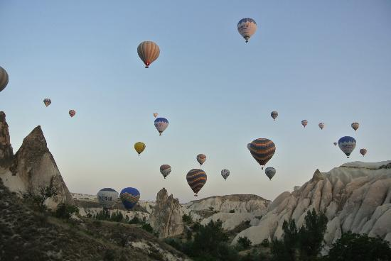 Grand Cave Suites: Hot air balloon tour of Cappadocia set up for us by the Hotel.