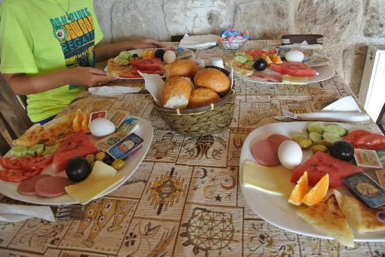 Grand Cave Suites: Delicious Traditional Turksih breakfast.