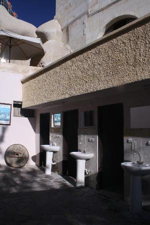 Nomad Cave Hotel: Bathrooms