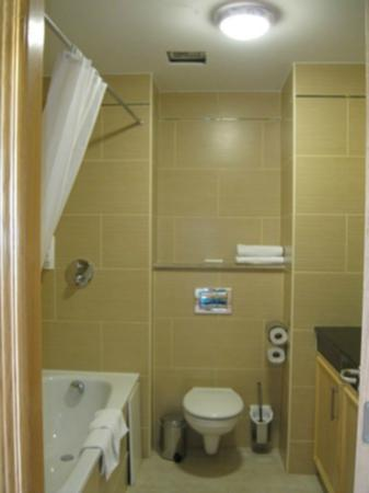 Diamond Coast Hotel: Clean bathroom