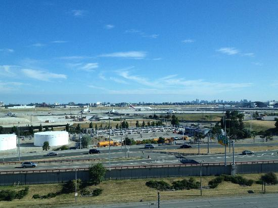 Hilton Toronto Airport Hotel & Suites: View of the Toronto Pearson airport runway