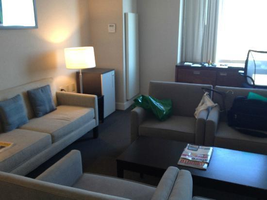 Hilton Toronto Airport Hotel & Suites: Executive Suite Living Room