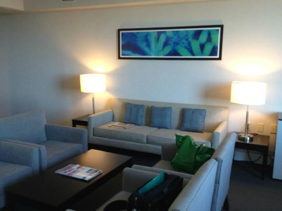 Hilton Toronto Airport & Suites: Another view of the living room