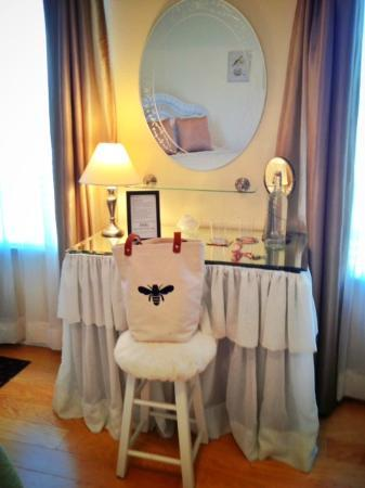 Enchanted April Inn: My Bee Bag loved the dressing table, so did I!