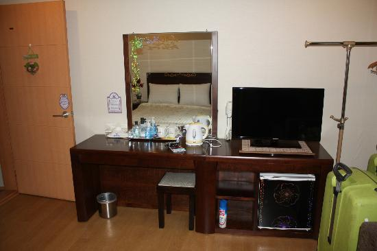 December Hotel Jeju: TV and desk