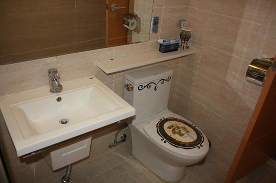 December Hotel Jeju: Bathroom - notice the toilet seat ;-)