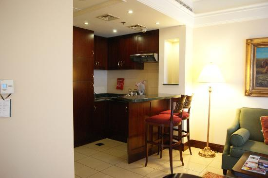 Al Sondos Suites: kitchen area