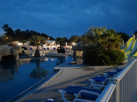 Camping Club Les Brunelles : La piscine, le soir.