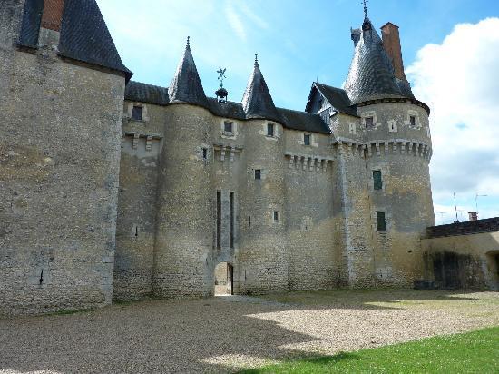 Chateau de Fougeres-sur-Bievre: L'entrée du Château