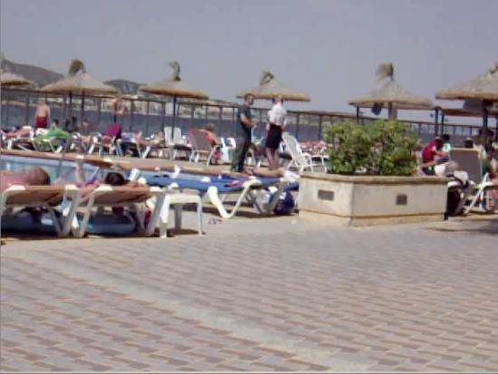 Intertur Hotel Hawaii Mallorca & Suites: Техслужбы и администрация огородили единственный взрослый бассейн, т.к. там обнаружена какая-то