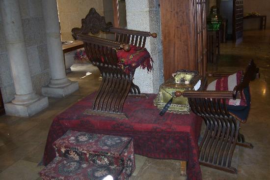 una silla para lustrar zapatos al estilo antigua picture