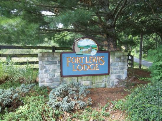 Fort Lewis Lodge: Entry sign