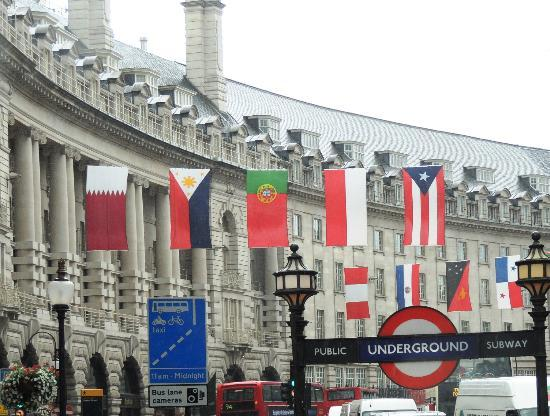 Londres, UK: Country Flags Along Street at Piccadilly Circus