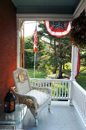Braddock Point Lighthouse B&B Bed & Breakfast: Back porch sitting area