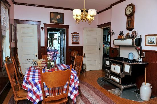 Braddock Point Lighthouse B&B Bed & Breakfast: Kitchen nook and cook stove