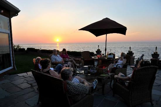 Braddock Point Lighthouse B&B Bed & Breakfast: Patio gathering of guests at sunset