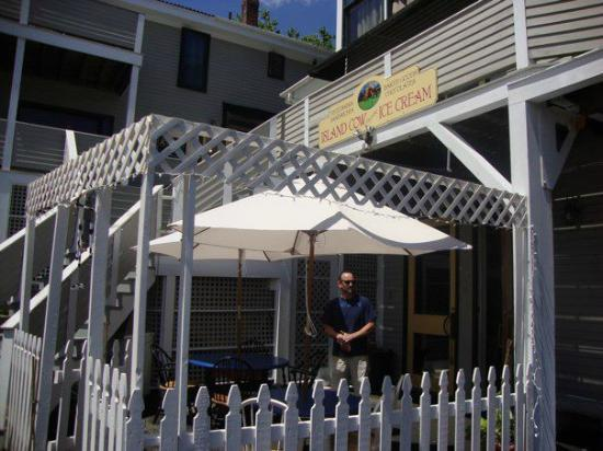 Island Cow Ice Cream : New fence and tables :)