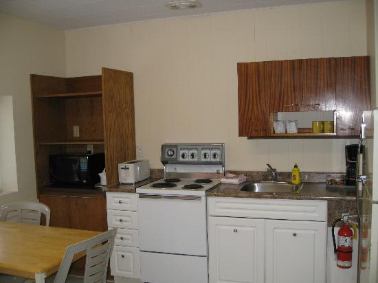 Kreekside Motel, Campground & Trailer Court: Kreekside Motel - larger room, kitchen