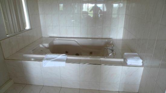 Coast High Country Inn: The jacuzzi bath is in the room in both 314 and 414