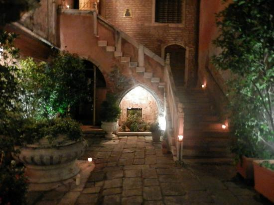 Residence Palazzo Odoni: Courtyard at nght