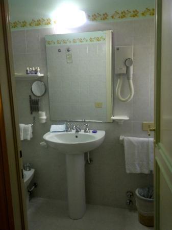 bagno anni 90 stanza 6 - Picture of Garden Resort & Spa San Crispino ...
