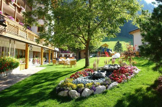 Hotel Villa Eden: Il prato e la fontana fiorita