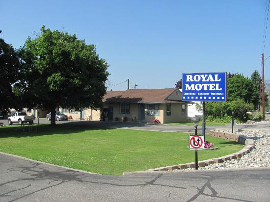 Royal Motel: Street entrance and rooms 1-3